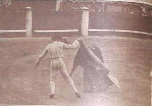 Alfredo David corriendo el toro a una mano