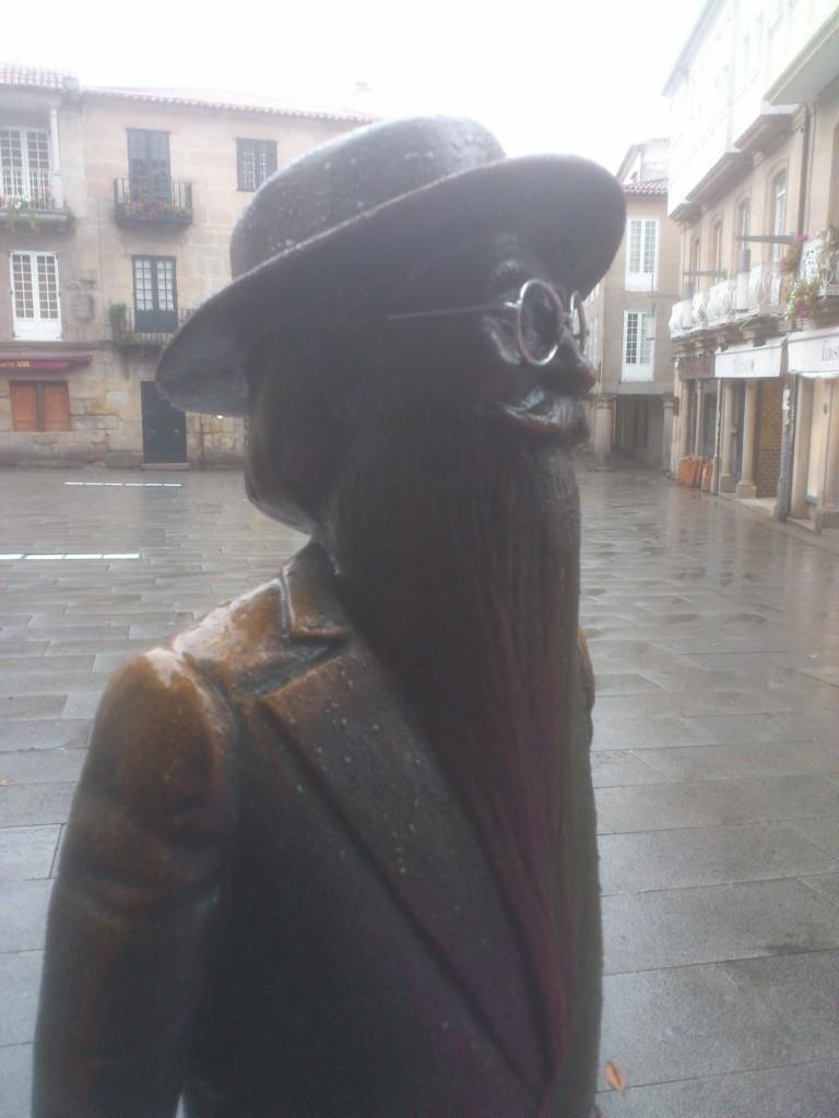 Estatua de Valle Inclán en la zona vieja de Pontevedra