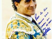 Matador de toros Iván Fandiño felicitando a la peña David Campos por su 25 aniversario