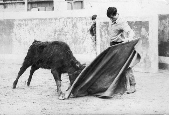 """Jesús García Iglesias """"El Campesino"""" El crio que se asoma en el burladeros es Pedro Gutiérrez Moya """"El Niño de la Capea"""""""