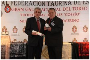 Álvaro Fernandez recoge la medalla.
