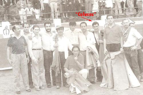 """Un grupo de buenos amigos posan junto a dos aficionados que hicieron el paseillo la tarde del 9 de Agosto de 1986. """"El Chapi"""" y """"El Pontevedrés"""" en la becerrada popular. Entre ellos se encuentran ugenio Morano """"El Mirlo"""" y """"Calucas"""""""